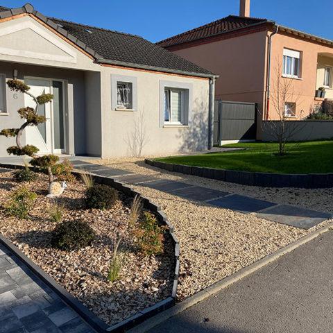 Aménagement des extérieurs autour d'une maison neuve, pavés, terrasse, plantation gazon, clôture, apres travaux - Paysagiste J2M3A