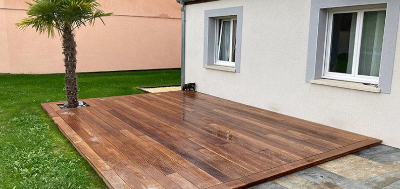 Réalisation d'une terrasse en bois exotique Cumaru, pose du gazon - Paysagiste J2M3A