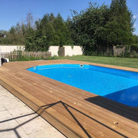 Réalisation d'une terrasse en bois mélèze en pourtour d'une piscine, finalisation - Paysagiste J2M3A