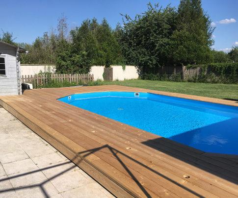 Réalisation d'une terrasse en bois mélèze en pourtour d'une piscine