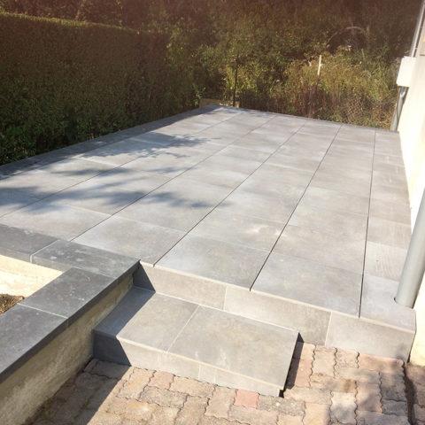Réalisation d'une terrasse avec des dalles grès cérame - Paysagiste J2M3A
