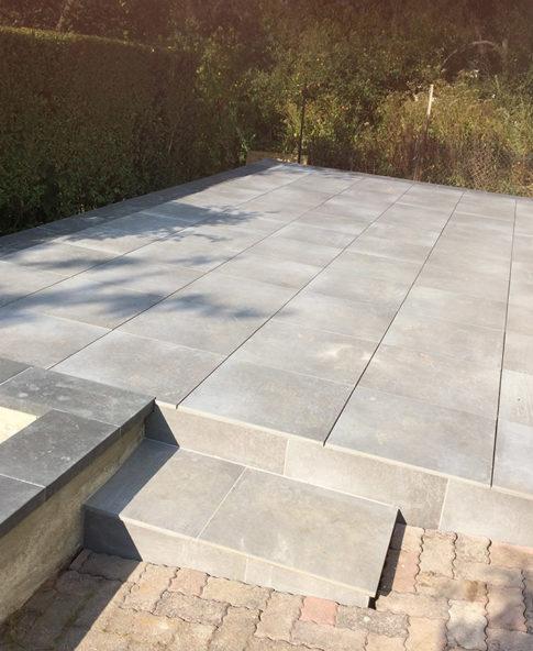 Réalisation d'une terrasse avec des dalles en grès cérame